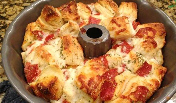 Ben je gek op snacken en vooral op de smaak van pizza? Dan moet je dit gemakkelijk & heerlijke recept proberen! Je hebt dit pizza-brood binnen 5 minuten gemaakt ( oven tijd niet meegerekend ) en je kan hem uit elkaar trekken. Dit wordt in Amerika ook wel 'monkey bread' genoemd. Je hebt alleen 2 …