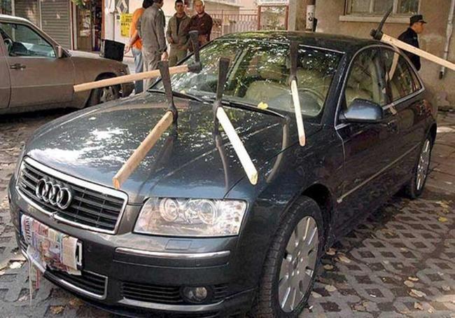 Carro destruído por vingança de namorada.
