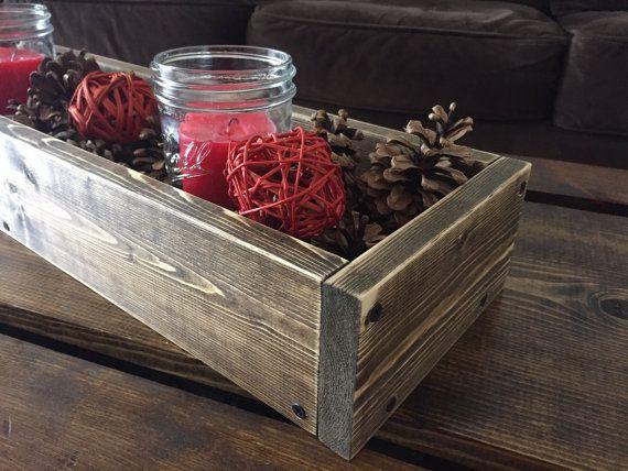 Belle rustique en bois fleurs et bougies de pièce maîtresse de boîte. Fait un centre de table de mariage ou pour la décoration.  Dimensions L 25 x P 7 «x H 3-1/2»