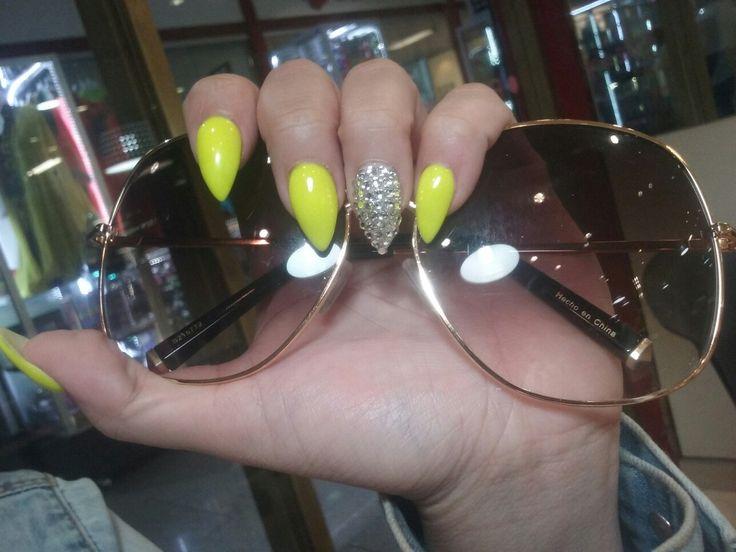 Uñas stileto color verde fosforescente y cristales plata #7
