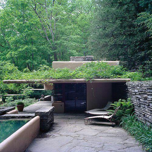 外観 緑と一体感のある雰囲気  Frank Lloyd Wright