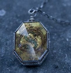 The Slytherin Locket...- Harry Potter Wiki --- The Sytherin locket and one of Marvolo's treasured family heirlooms
