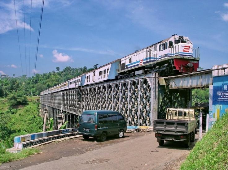 CC 204 04 (GE C18Mmi) with Lodaya train old livery