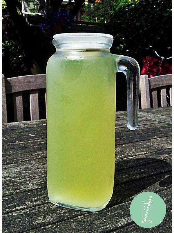 Zelf limonade maken is makkelijk en lekker. Maarten maakt dit als hij citroenen over houdt van limoncello maken. Je kinderen zullen er dol op zijn!