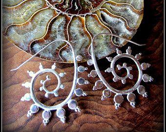De Portal spiraal oorbellen pack tribal glamour passen maar un-stretched/standaard grootte piercings. Deze zijn evenwichtig te blijven hun eigen, maar een kleine drager is opgenomen voor uw wilde rumpuses. Het ontwerp van filigraan is is zeer vrouwelijke terwijl de tribal spiraal een beetje van felle. Miauw. Deze ziet er geweldig met een toga, een lederen bikini of uw straat kleren.  Dit zijn de zilveren plaat, ze zijn erg schoon in kleur maar een aantrekkelijk donkerder tribal uiterlijk...