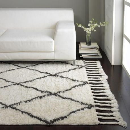 White fluffy rug. Diamond pattern and tassles. NuLoom Modella Wool Hand Knotted Fez Shag Rug