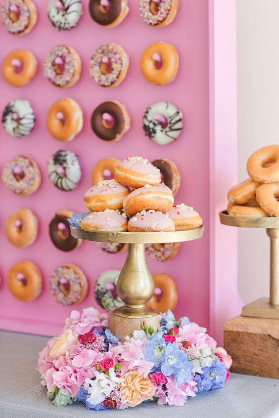 It's the newest Wedding food craze and it sure makes your average wall a hundred percent more awesome!