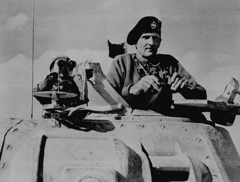 General Bernard L. Montgomery, comandante das forças britânicas no Egito, observa a movimentação dos tanques britânicos em direção às linhas alemãs durante a campanha militar no norte da África. Novembro de 1942.