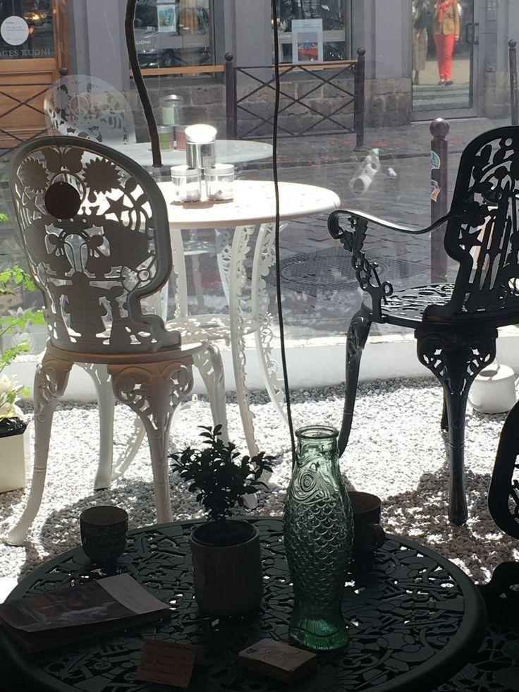 Vitrine néo kitch, so romantique ! Salons de jardin par Studio Job pour Seletti - carafe Paola Navone pour Serax
