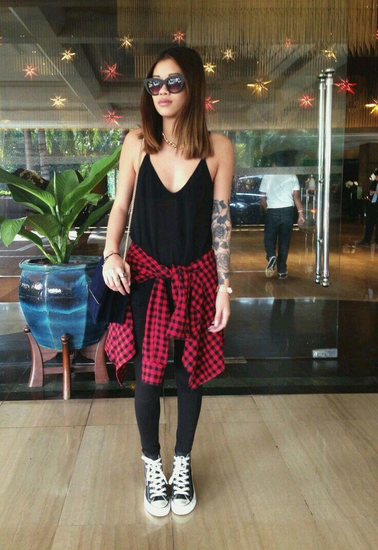 Outfit rockero casual Look rockero casual Camisa de cuadros roja y corverse negro
