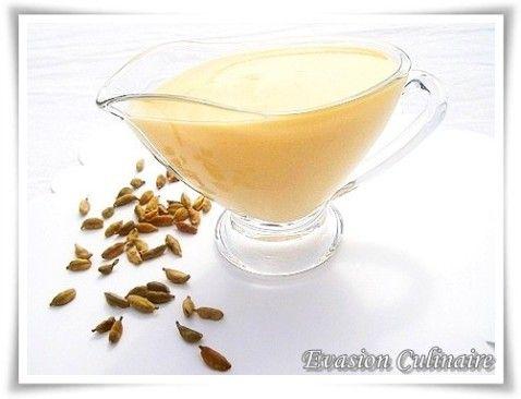La crème anglaise est une sauce d'accompagnement très classique. Je vous livre les étapes de sa préparation en images.   Pour changer, voici une variante, parfumée à la cardamome. Cette crème aux notes orientales se marie parfaitement bien avec les pudding, les moelleux, les fondants au chocolat, ou les glaces au chocolat, café ou fraise.      Ingrédients: Pour 250 ml de crème: 2 jaunes d'œufs   250 ml de lait   60 g de sucre   2 gaines de cardamome   1/2 c à c d'extrait de van...