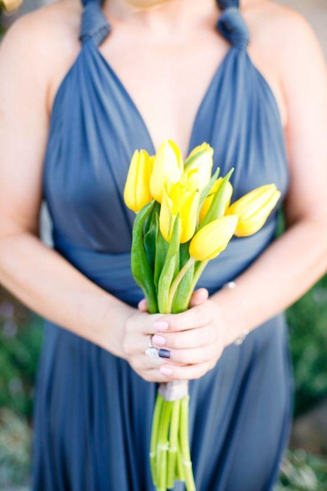 Zomerse tulpen #bruidsboeket #tulpen #geel #trouwen #bruiloft #inspiratie #wedding #bouquet #inspiration Tulpen in je bruidsboeket | ThePerfectWedding.nl | Fotocredit: Sorella Muse