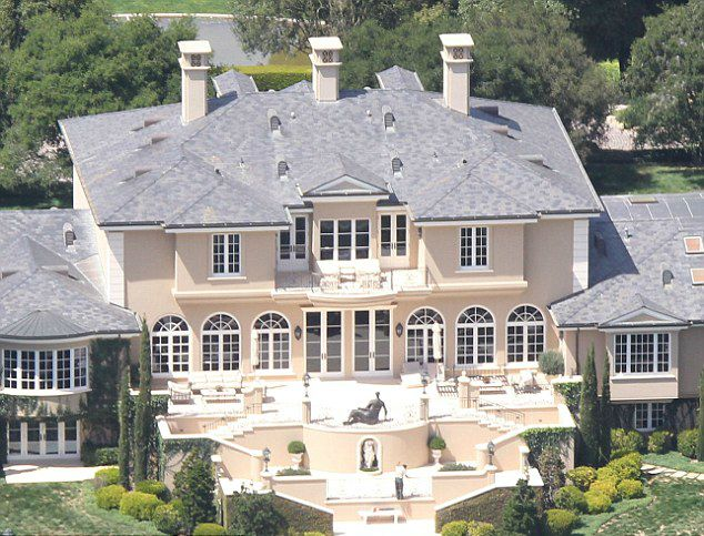 Oprah S House Is Absolutely Gorgeous Take A Look Inside Page 2 Mansions Oprahs House Celebrity Houses Mansions