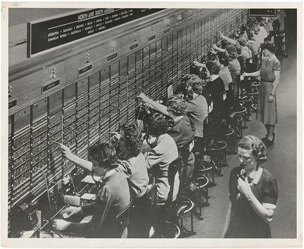 Los operadores telefónicos. Los telefonistas eran una parte integral del funcionamiento de una red telefónica antes de que la tecnología moderna los volviera obsoletos. Conectaban las llamadas de larga distancia y tenían otras funciones que ahora se hacen de forma digital.
