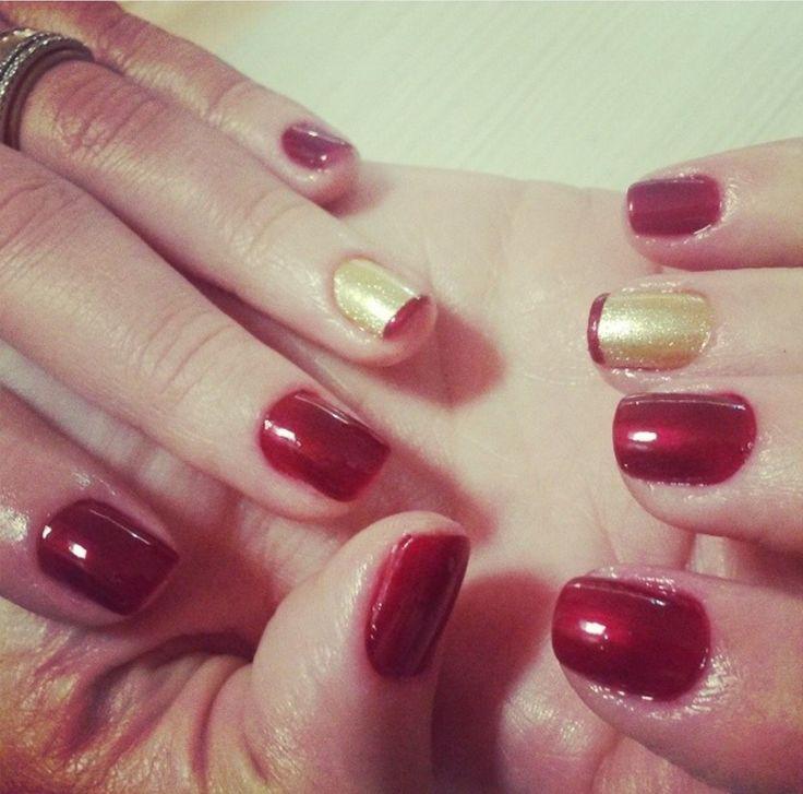 Unhas decoradas vermelhas e douradas
