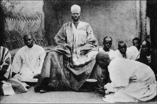 Naba (chef) de Canton entouré de ses pages. – « Avant le déjeuner, à Ouaygouya, où nous fîrmes étape, je suis allé voir le Naba ; c'est le roi du pays Mossinord ; ce Naba est en rivalité avec son confrère du sud, le Moro-Naba, roi de Ouagadougou. Sans nous, ces tyranneaux auraient vidé depuis longtemps leur querelle par les armes.