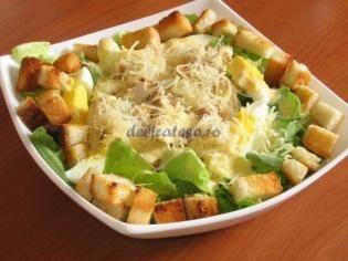 Salata de pui cu ou, crutoane si salata verde