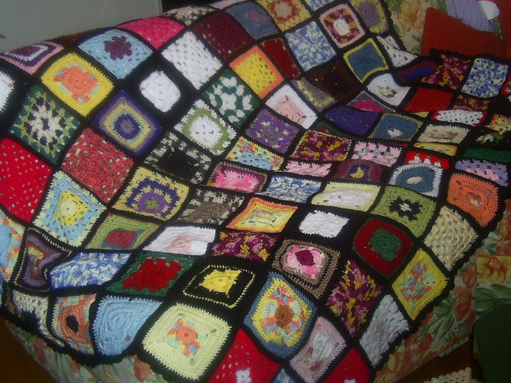 Colcha de croche eem squares, aproveitando restos de lã, feita por mim e por algumas amigas, para doação