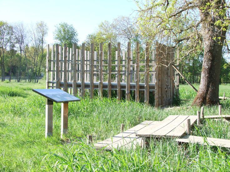 La table de lecture du paysage, l'aménagement de petits gradins et l'observatoire en arrière plan