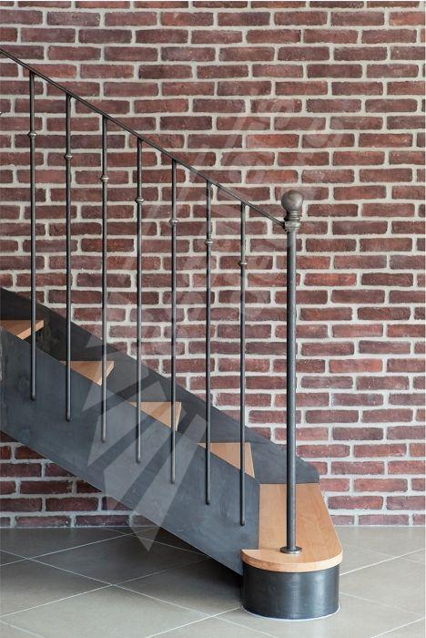 Photo DT106 - ESCA'DROIT® 1/4 Tournant Intermédiaire. Escalier intérieur balancé métal et bois style 'bistrot' pour une décoration classique de caractère. Finition : acier brut patiné. - Modèle déposé - © Photo : Nicolas GRANDMAISON