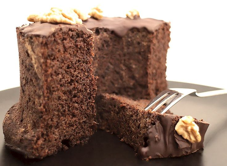 Sehr feiner und schokoladiger Low Carb Walnusskuchen mit teilentöltem #Walnussmehl als Teigbasis. Verziert mit Walnusshälften und zuckerfreier Bitterschokolade #Xukkolade.