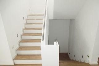 Treppe -Fliesen in Holzoptik u weiße Fließen matt