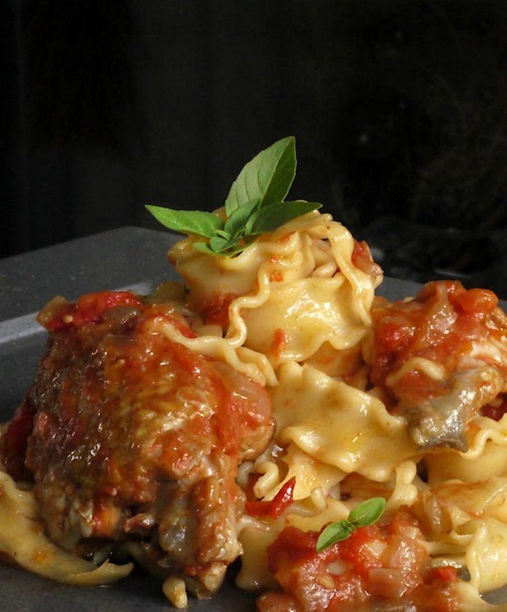 Κοκκινιστό κοτόπουλο με μακαρόνια σε πλούσια σάλτσα με γλυκά αρώματα. Σε 2 εκδοχές: στην κατσαρόλα και στο φούρνο.