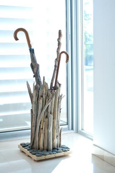 Réalisez un joli porte-parapluie pour votre entrée avec du tube PVC et du bois flotté. Assurément dans un esprit nature et à faire soi-même, vous obtiendre