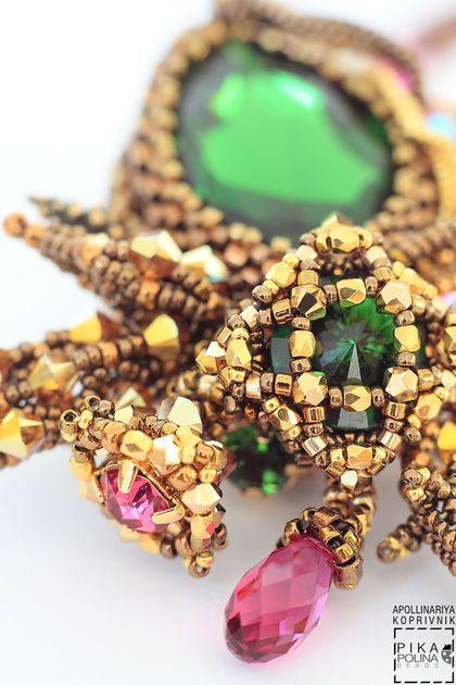 Купить или заказать Кулон Тайга в интернет-магазине на Ярмарке Мастеров. Небольшой и очень необычный кулон с каплевидным кристаллом Swarovski wdtnf moss green в середине. Множество деталей - выглядывающие кристаллы, необычные листики, крошечные переплетения из мельчайшего бисера. Маленькие бусины покрытые 24каратным золотом украшают элементы кулона.