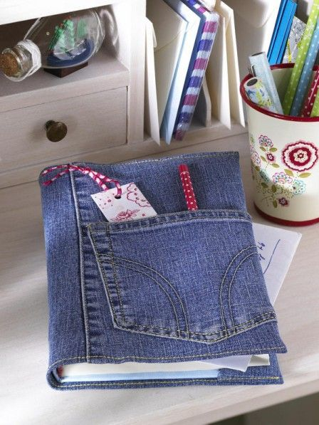 Hübschen Sie eine einfache Kladde mit einem Buchumschlag aus einer ausrangierten Jeans auf. Der Clou: Die Hosentasche.