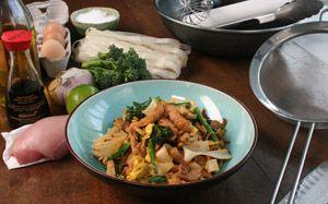 Fritada de frango com macarrão de arroz