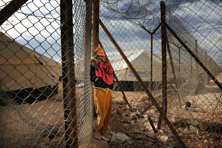 """Emam (10 jaar) is gevlucht uit Syrië en woont nu in een vluchtelingenkamp in Jordanië. Ze droomt ervan om met haar blote voeten op het gras te lopen en te spelen. Emam: """"Kleur en gras, dat mis ik zo. Kijk om je heen… hier is niets voor een kind. De enige plek waar ik me thuis voel is in de veilige speelplek van Save the Children. Ik wil graag terug naar huis: naar onze boomgaard en grasveld en dan rennen over het gras met mijn vriendinnen."""" www.savethechildren.nl  Photo: Chris de Bode"""