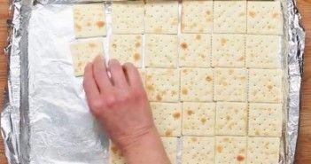 Door wat crackers op een ovenplaat te leggen maak je een superlekkere traktatie! Zeker het proberen waard!
