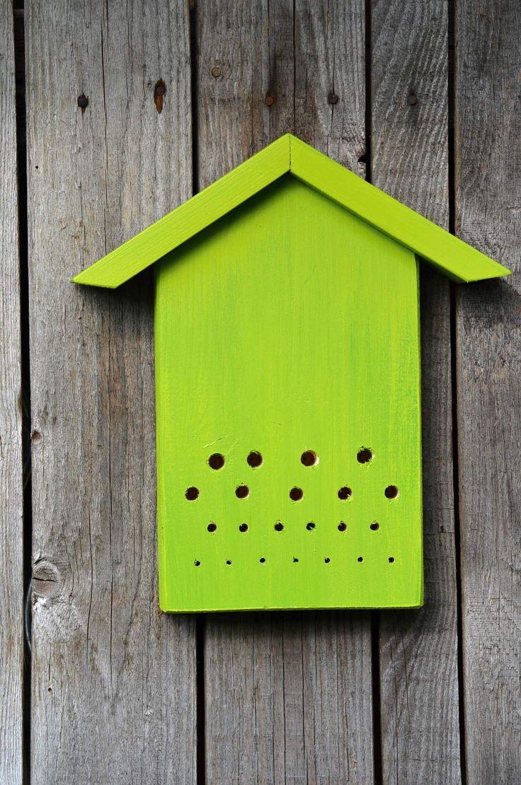 Hmyzí domek - pidi Trochu jiný typ hmyzího domečku. Je malý, milý, nenápadný, ale funkční a krásně poslouží jako originální dekorace do Vaší zahrady. Rozměry jsou: 14 x 21 x 3-6 cm. Dřevo je provrtáno různě velkými otvory, aby si každý hmyzáček mohl najít tu svou správnou skrýš.