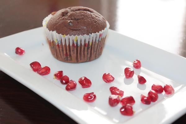 Muffin al cacao e gocce di cioccolato con succo di melograno