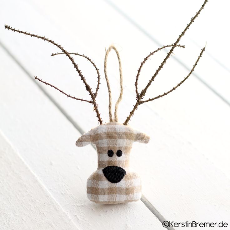 Eines von sieben ITH Elchkopf Stickmotiven aus dem Elchkopf Stickdateien Set von KerstinBremer.de  / Stickdesign Kerstin Bremer ♥ So cute! moose ith embroidery files for embroidery machines.  #christmas #sticken #weihnachten #diy #deko #landhaus #hirsch #rentier