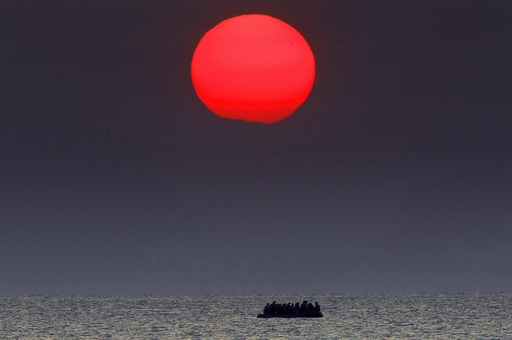 La solución a todos los problemas - Barca de refugiados intentando alcanzar territorio griego - Yannis Behrakis (2015)