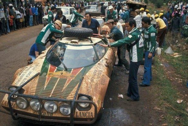 O carro de competição, obviamente, era mais potente, e entregava algo entre 275 e 320 cv — o bastante, por exemplo, para conseguir uma vitória tripla no Rali de Monte Carlo em 1976, seu resultado mais impressionante.