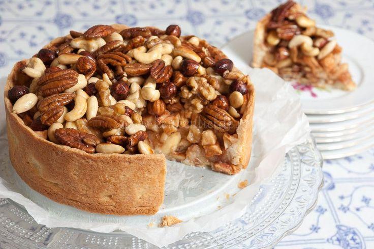 Voor dit heerlijke appeltaartrecept met notenkorst liet ik me inspireren door de appeltaart van V&D-restaurant La Place. Tijdens een dagje shoppen strijk...
