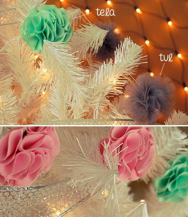 Usa pompones de tela y tul como esferas para decorar el - Como decorar bolas de navidad ...