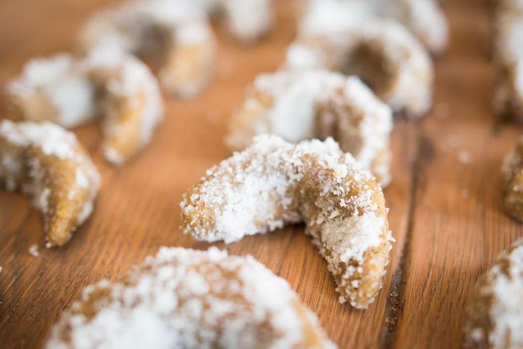 Jeden z RAW receptů na jedno z nejoblíbenějších vánočních cukroví. Ingredience: 150 – 250 gramů vlašských ořechů (dle toho, jak moc chcete mít rohlíčky oříškové) 100 gramů BIO zlatého lněného semínka (nenamočeného) 2 – 4 polévkové lžíce agáve, medu či jiného sladidla 100 gramů strouhaného kokosu – na obalení rohlíčků Postup: V mixéru si rozmixujte[...]