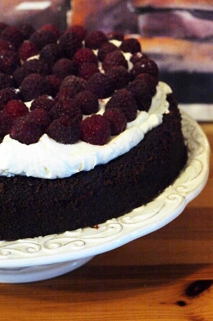 Czekoladowy tort z malinami