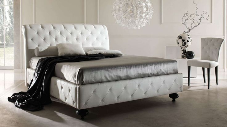 A double bed with classic lines and finishing, whose padded headboard, footboard and sides have capitonné deep buttoning.