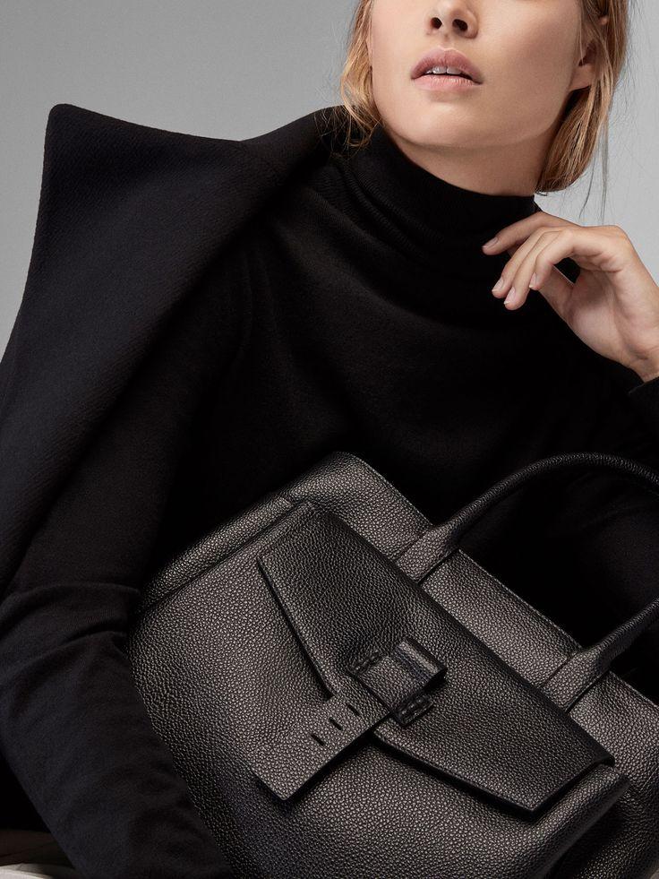 Τσάντα σε στυλ shopper με λεπτομέρεια μπροστά, κατασκευασμένη από 100% δέρμα βοοειδούς με επεξεργασία τυπώματος. Διαθέτει δύο κυρίως θήκες, μία τσέπη με φερμουάρ στο κέντρο, μία θέση για φορητό υπολογιστή ή έγγραφα στο εσωτερικό, δύο εσωτερικές τσέπες και μία τσέπη μπροστά που κλείνει με καπάκι και κρυφό κουμπί. Δύο χειρολαβές, ένα αφαιρούμενο λουρί για πέρασμα χιαστί, προστατευτικά μεταλλικά απλικέ και φόδρα.