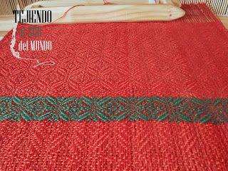 Centro de mesa rojo verde en el telar. Christmas runner in loom.