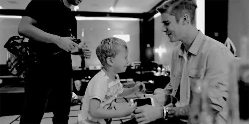 aw Jaxon is crying because he hasnt seen Justin for a long time :( im getting emotional!!