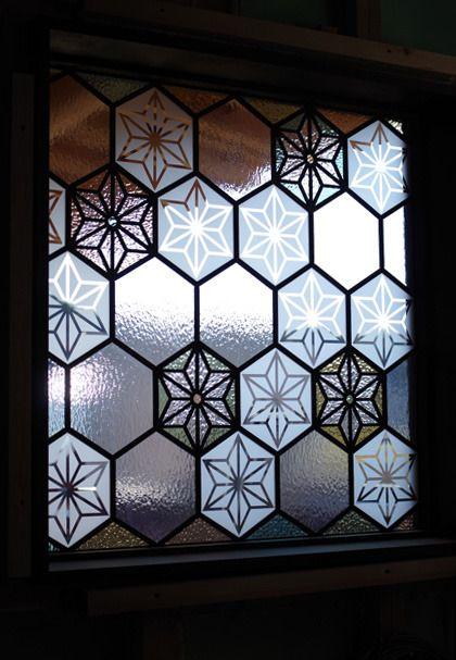 麻の葉柄でご依頼いただきましたステンドグラスのパネル。お部屋に明かりが灯るのが待ち遠しいです。ありがとうございました。 岡山県