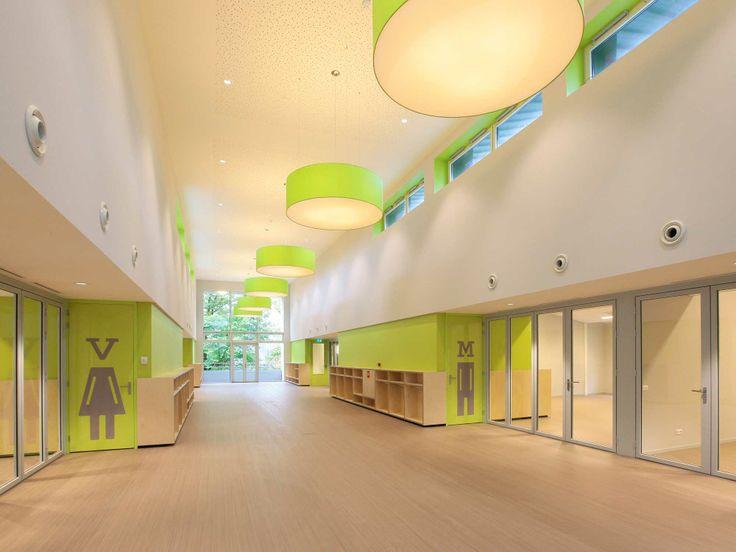 Brede gangen met 'houten' vloer en glazen deuren: rust en openheid