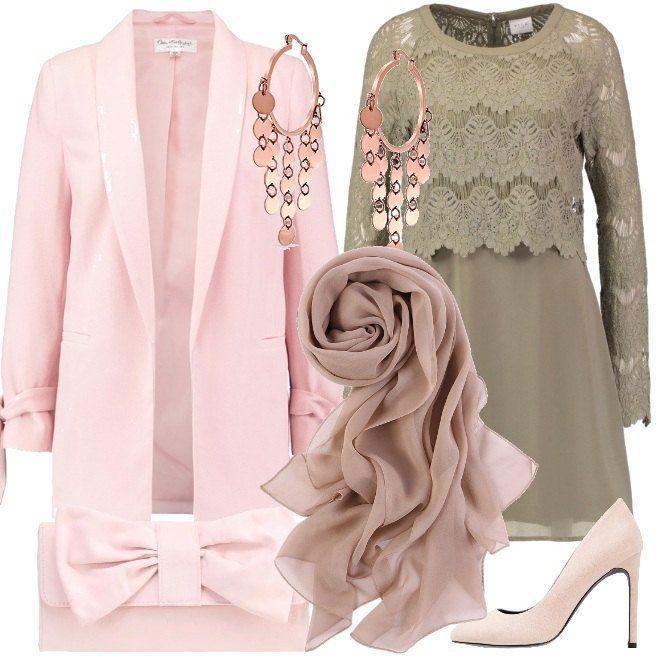 Un vestito in un colore molto delicato, con ricami sulle maniche e il corpetto viene proposto con accessori rosa pallido: le scarpe décolletè, la cloche e il cappotto. Si possono aggiungere una stola e un paio di orecchini in oro rosa.