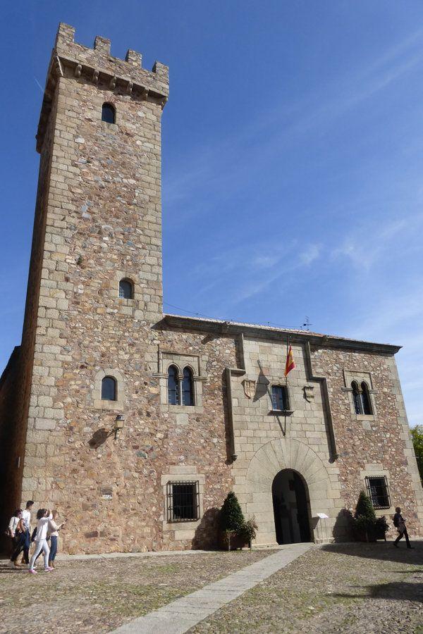 """CASTLES OF SPAIN - Torre de las Cigüeñas, Cáceres, Badajoz. Este palacio fue construido por el capitán Diego Fernández de Cáceres y Ovando en 1478.Todas las torres de la ciudad fueron desmochadas por orden de los Reyes Católicos, en represália por el apoyo de la ciudad a Juana """"la Beltraneja"""". Sólo se perdonó una torre, la del capitán Diego Fernández, por su amistad y vasallaje a los Reyes Católicos."""